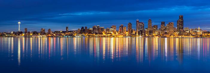 ウォーターフロント「USA, Washington State, Puget Sound and skyline of Seattle with Space Needle at blue hour」:スマホ壁紙(3)
