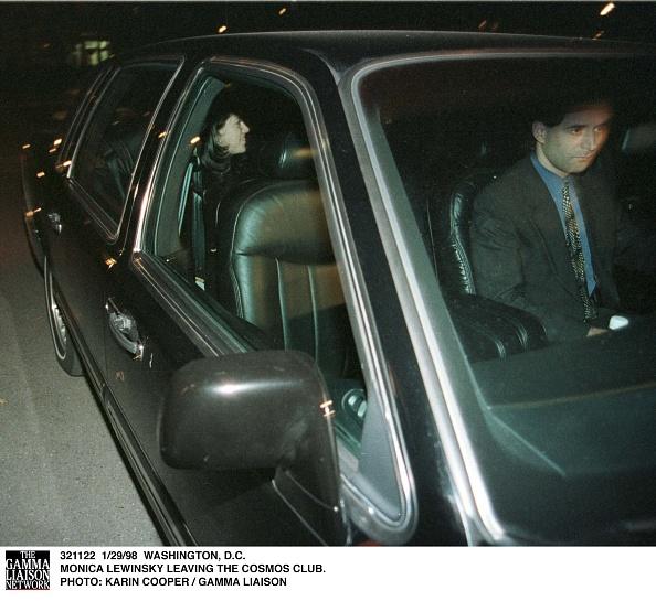 コスモス「Monica Lewinsky Leaving The Cosmos Club」:写真・画像(4)[壁紙.com]