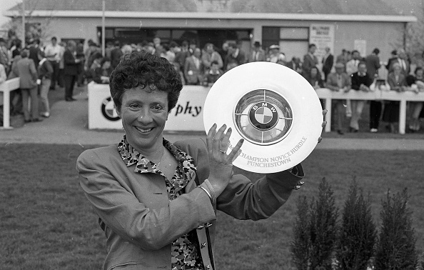 Award「Mrs Catherine Shubotham with Trophy at Punchestown 1990」:写真・画像(3)[壁紙.com]