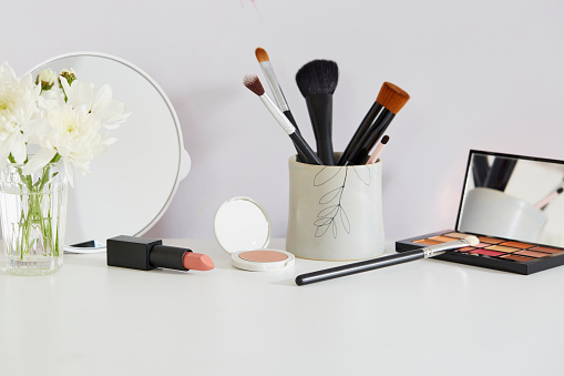 Container「Flowers and make-up on white table」:スマホ壁紙(14)