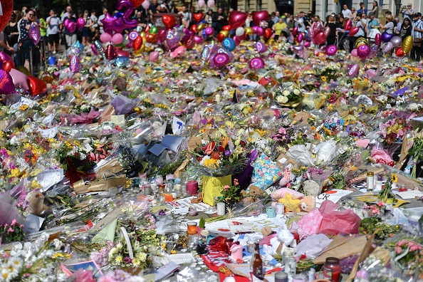 flower「Floral Tributes Are Left For The Victims Of The Manchester Arena Terrorist Attack」:写真・画像(8)[壁紙.com]