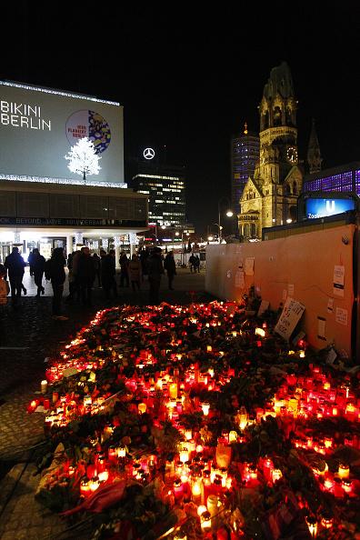 2016 Berlin Christmas Market Attack「Lorry Truck Drives Through Christmas Market In Berlin」:写真・画像(6)[壁紙.com]