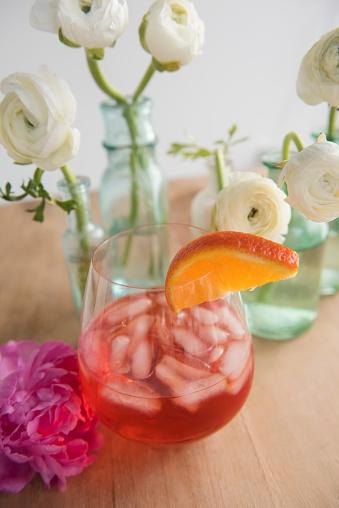 逸楽「Flowers and drink on wooden table」:スマホ壁紙(0)