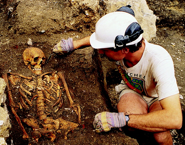 Archaeology「An archaeologist excavating one of the burials at the church of St Benet,; from the 1994 excavation at 1 Poultry, City of London」:写真・画像(15)[壁紙.com]