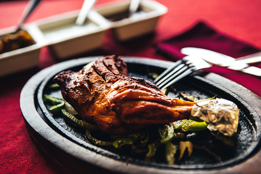 Chicken Tandoori「Chicken tandoori on a cast iron plate with chutney. North Indian food」:スマホ壁紙(3)