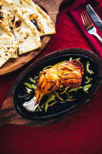 Chicken Tandoori「Chicken tandoori on a cast iron plate with naan bread. North Indian food」:スマホ壁紙(6)