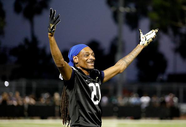 背景に人「5th Annual Athletes vs Cancer Celebrity Flag Football Game」:写真・画像(10)[壁紙.com]