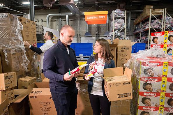クレヨン「Huggies And Walgreens Donate 250,000 Diapers To Chicago Nonprofit With David Ross」:写真・画像(6)[壁紙.com]
