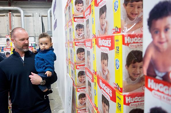 クレヨン「Huggies And Walgreens Donate 250,000 Diapers To Chicago Nonprofit With David Ross」:写真・画像(4)[壁紙.com]