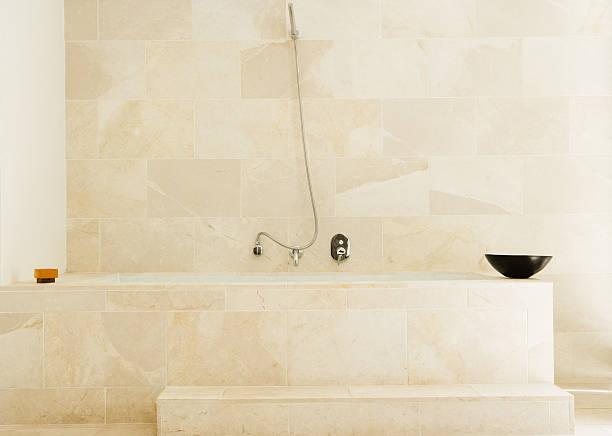 Modern bathtub with shower:スマホ壁紙(壁紙.com)