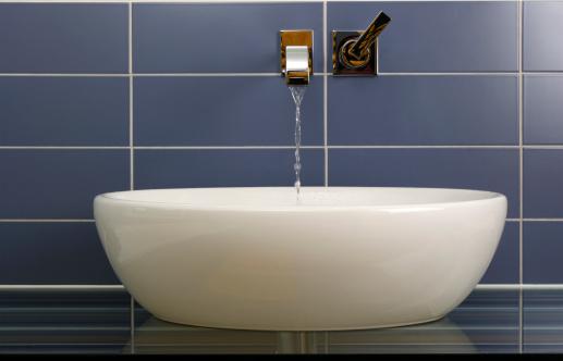 スイセン「モダンなバスルームの洗面台」:スマホ壁紙(1)