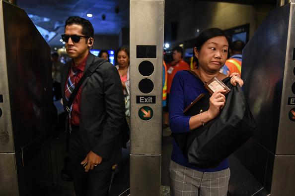鉄道・列車「NYC Commuters Begin 'Summer Of Hell' As Penn Station Begins Major Track Repairs」:写真・画像(14)[壁紙.com]