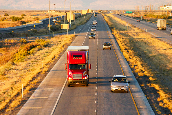 Two Objects「Dual carriageway with trucks and cars, USA」:写真・画像(3)[壁紙.com]