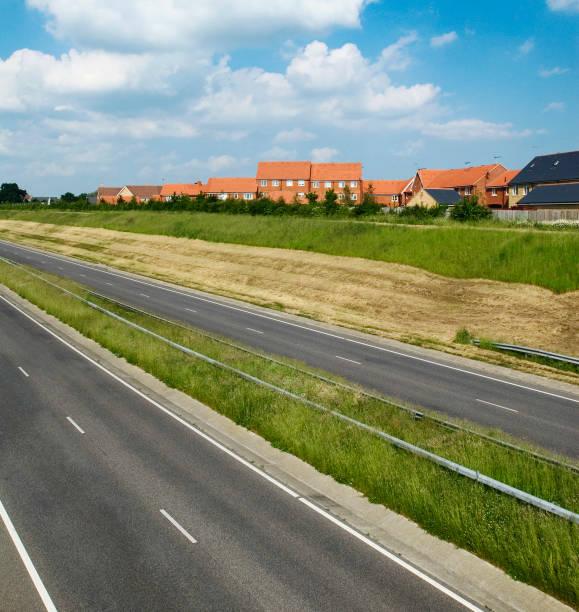 Dual carriageway near new housing estate, UK:ニュース(壁紙.com)