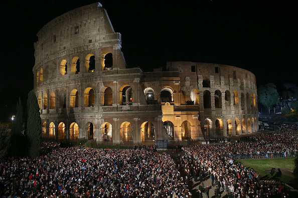 Coliseum - Rome「Pope Francis Leads The Stations of The Cross At The Colosseum」:写真・画像(17)[壁紙.com]