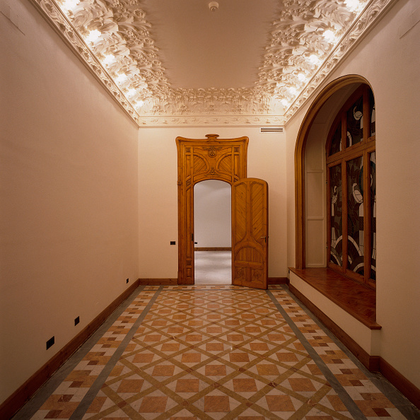 Ceiling「View of the entrance of a house from a hallway」:写真・画像(4)[壁紙.com]