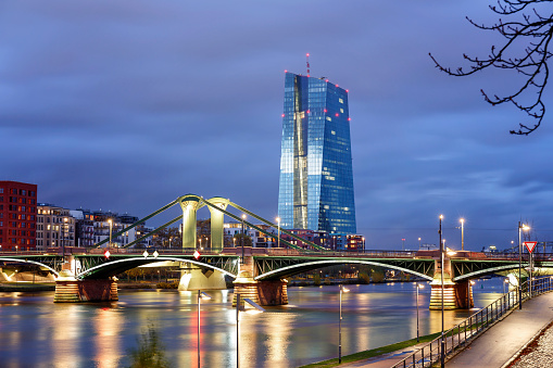 Financial Building「View of the illuminated Frankfurt am Main skyline with Flossen Brucke and European Central Bank at dusk」:スマホ壁紙(15)