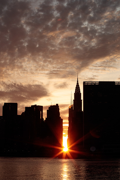 Queens - New York City「Sunset Alights Perfectly Between NYC Buildings During Manhattanhenge」:写真・画像(15)[壁紙.com]
