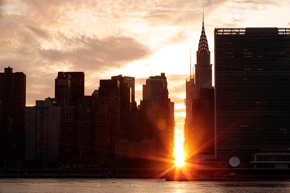 Queens - New York City「Sunset Alights Perfectly Between NYC Buildings During Manhattanhenge」:写真・画像(13)[壁紙.com]