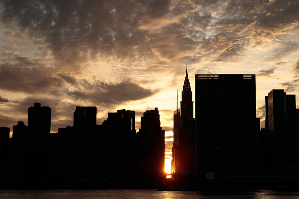 Queens - New York City「Sunset Alights Perfectly Between NYC Buildings During Manhattanhenge」:写真・画像(2)[壁紙.com]