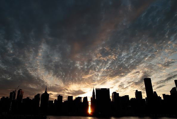 Queens - New York City「Sunset Alights Perfectly Between NYC Buildings During Manhattanhenge」:写真・画像(14)[壁紙.com]