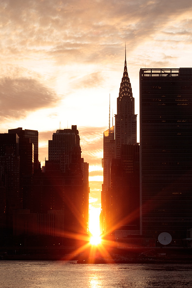 Queens - New York City「Sunset Alights Perfectly Between NYC Buildings During Manhattanhenge」:写真・画像(17)[壁紙.com]