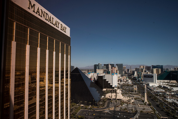 Mandalay Bay Resort and Casino「Las Vegas Mourns After Largest Mass Shooting In U.S. History」:写真・画像(18)[壁紙.com]