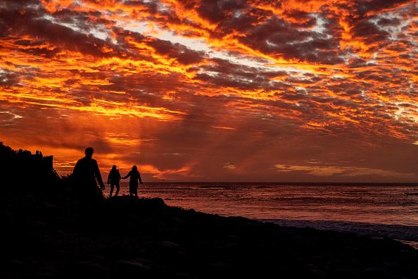 Sunset「Sunset Beachgoers At Long Beach」:写真・画像(7)[壁紙.com]