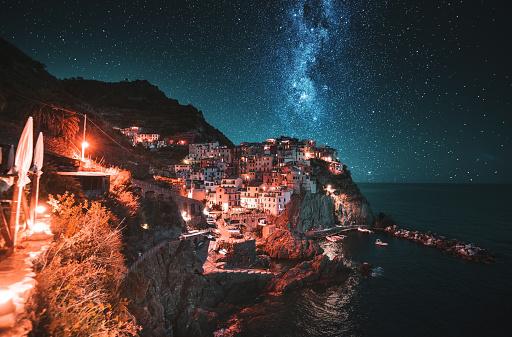 星空「チンクエ ・ テッレでマナローラ村の風景」:スマホ壁紙(15)