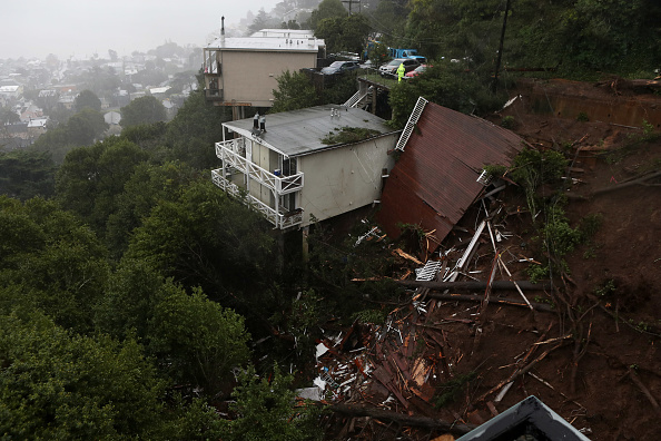 Storm「Heavy Rains Causes Mudslide In Residential Neighborhood In Sausalito, California」:写真・画像(8)[壁紙.com]