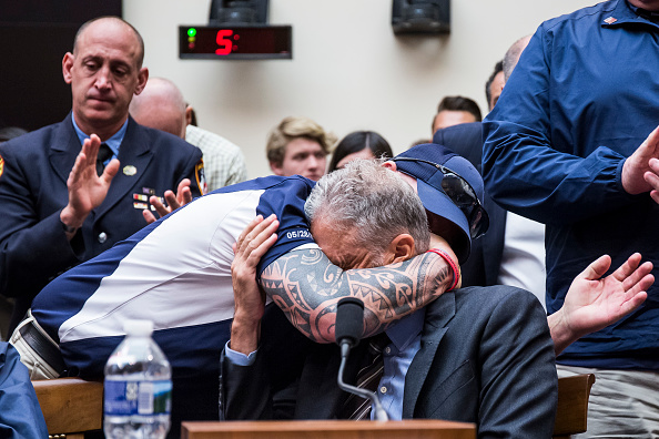 Touching「Former Daily Show Host Jon Stewart Testifies On Need To Reauthorize The September 11th Victim Compensation Fund」:写真・画像(18)[壁紙.com]