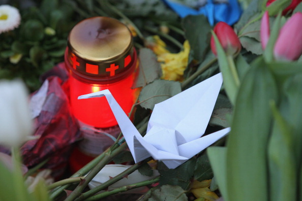 Origami「People Lay Flowers At Japanese Embassy」:写真・画像(12)[壁紙.com]