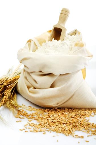 手に持つ「Sack of flour and wheat grains, close-up」:スマホ壁紙(1)