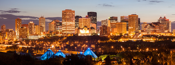 Edmonton「Canada, Alberta, Edmonton, Illuminated cityscape at dusk」:スマホ壁紙(3)