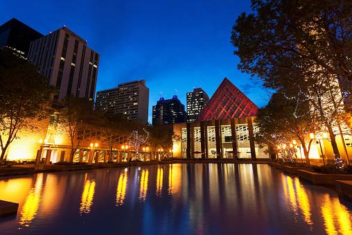 Edmonton「Canada, Alberta, Edmonton, Edmonton City Hall by pond at dusk」:スマホ壁紙(7)