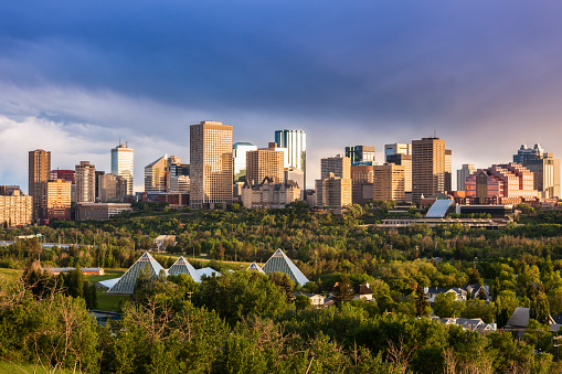 Edmonton「Canada, Alberta, Edmonton, Cityscape with trees in foreground」:スマホ壁紙(8)
