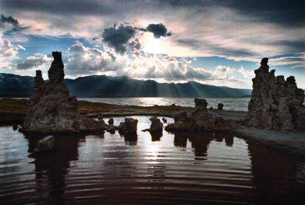 Famous Tufa formations of Mono Lake sink as water level is restored:ニュース(壁紙.com)