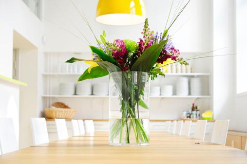 露出オーバー「花がテーブルを鮮やかに広々としたキッチン」:スマホ壁紙(4)