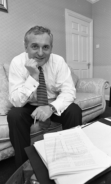 1990-1999「Bertie Ahern at home in Drumcondra, Dublin」:写真・画像(12)[壁紙.com]