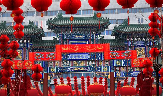 Chinese Lantern「Ornate Chinese Gate with red paper lanterns during Chinese Lunar New Year, Ditan Park, Beijing China」:スマホ壁紙(7)