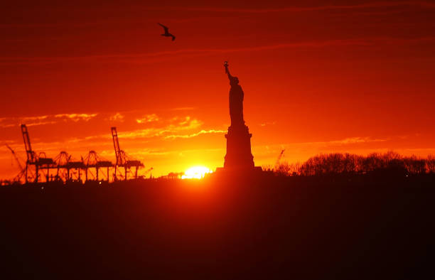 Freedom「The Sun Sets Behind The Statue Of Liberty」:写真・画像(19)[壁紙.com]