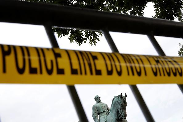 シャーロッツビル エマンシペーション公園「Community Of Charlottesville Mourns, After Violent Outbreak Surrounding Saturday's Alt Right Rally」:写真・画像(8)[壁紙.com]