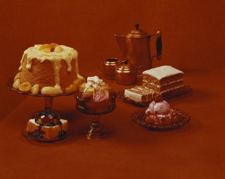 1960-1969「Various desserts on brown background, close-up」:スマホ壁紙(6)