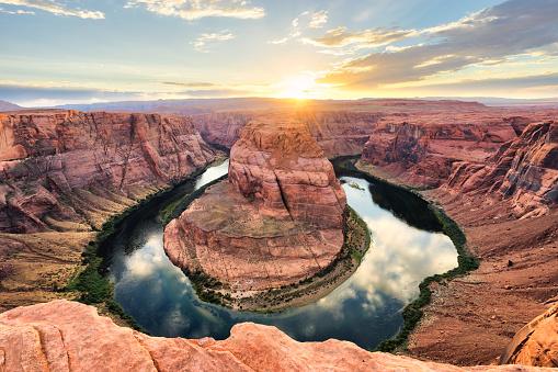 胸を打つ「サンセットでホースシューベンド - コロラド川、アリゾナ州」:スマホ壁紙(19)