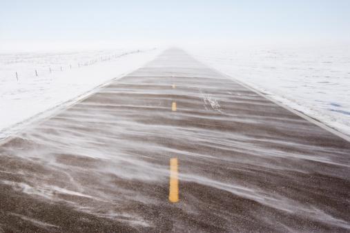 吹雪「SNw blowing over road」:スマホ壁紙(19)