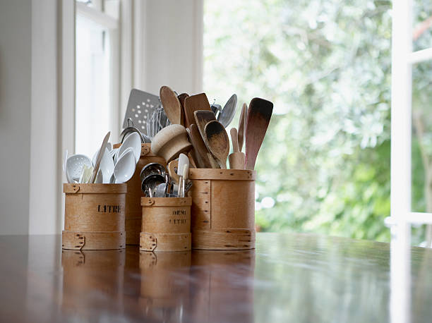 Kitchen utensils in containers on table:スマホ壁紙(壁紙.com)