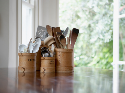 Kitchen Utensil「Kitchen utensils in containers on table」:スマホ壁紙(0)