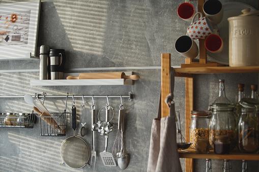 Apron「Kitchen utensils hanging on the wall」:スマホ壁紙(7)
