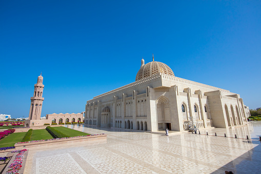 Praying「Sultan Qaboos Mosque, Muscat, Oman」:スマホ壁紙(4)