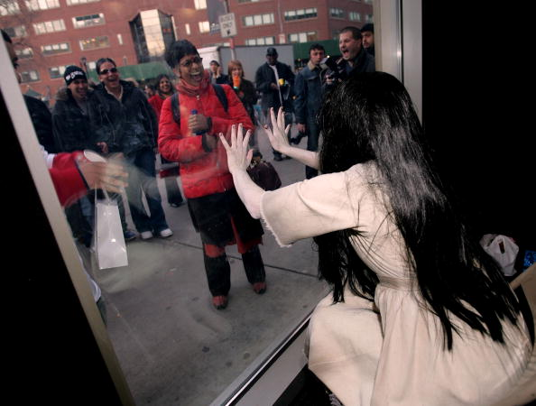 Staring「Samara From The Ring Two Visits The Virgin Mega Store」:写真・画像(4)[壁紙.com]